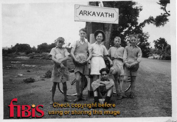 Children next to sign for Arkivathi
