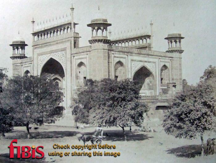 Entrance gate leading to the Taj.jpg
