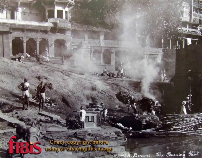 Burning Ghat, Varanasi, India.jpg