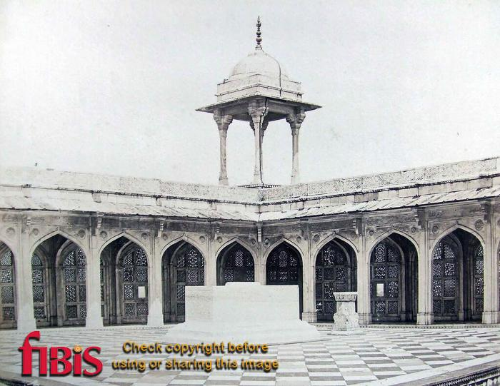 Akbar's Tomb, Secundra showing marble pillar on which the Koh i Noor stood