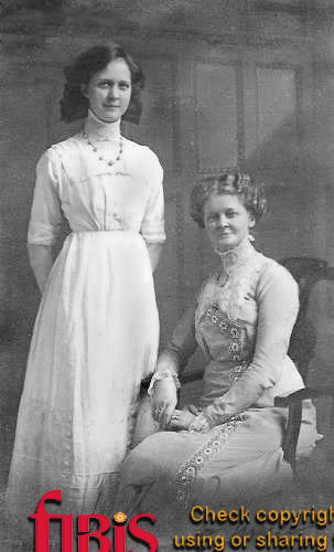 Doris Heron and her mother Emma Owen in 1918