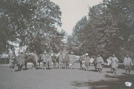Shikari and pack animals ready to start trip up Sind Valley, Kashmir May to June 1920